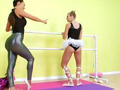 Chastity Lynn fucks Franceska Jaimes with a huge dildo strapon tube porn video