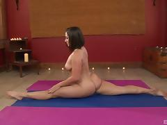 Flexible curvy girl does yoga in the nude and gets laid tube porn video