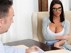 August Ames & Keiran Lee in Getting Off The Waitlist - Brazzers tube porn video